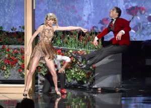taylor-swift-performs-at-2014-american-music-awards-in-los-angeles_14