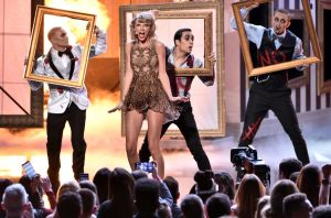 taylor-swift-performs-at-2014-american-music-awards-in-los-angeles_15