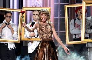taylor-swift-performs-at-2014-american-music-awards-in-los-angeles_6