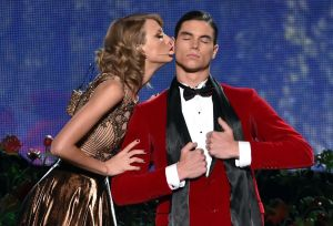 taylor-swift-performs-at-2014-american-music-awards-in-los-angeles_9