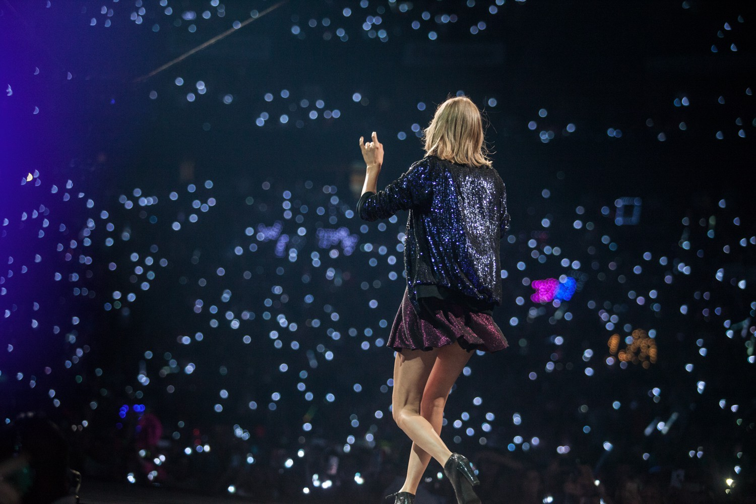 Infamous Taylor Swift Belly Button Appears on Vacation ...